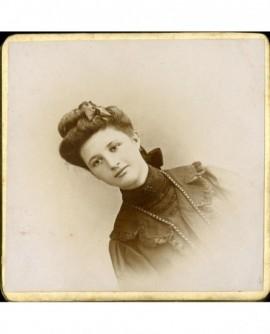 Portrait de jeune femme aux yeux maquillés