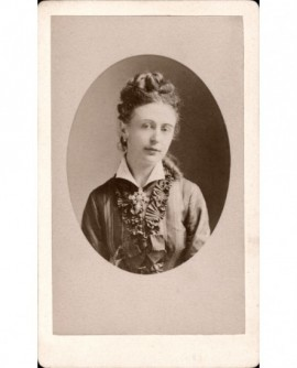 Jeune femme en robe brodée