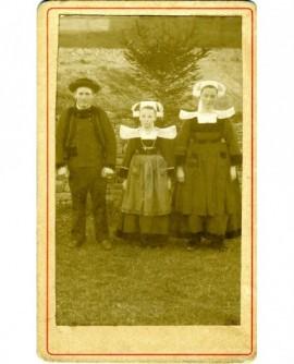 Famille (père, mère et fille entre eux) en costume traditionnel du Poher