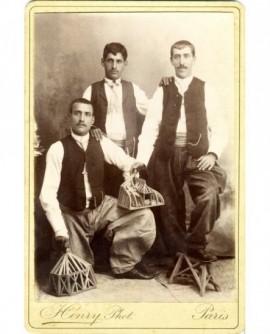 Trois compagnons charpentiers avec maquettes de chefs d'oeuvre