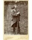 Militaire à lunettes en tenue de campagne (avec havresac et fusil)