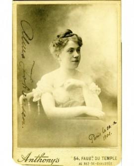Portrait d'une femme en robe décolettée (Anna Johansen)