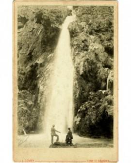 Deux hommes devant une cascade dans le Jura