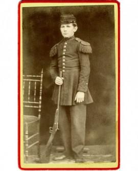 Enfant d'un bataillon scolaire((?) debout avec son fusil