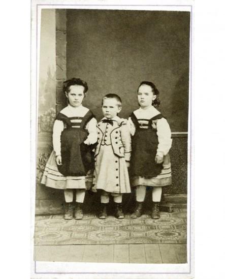 Fratrie de 3 enfants (deux filles entourant le garçon)