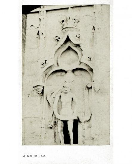 Statue d'un ressuscité dans niche (Lazare sortant de son tombeau?)