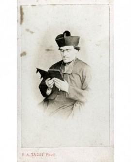 Ecclésiastique en barrette lisant un livre