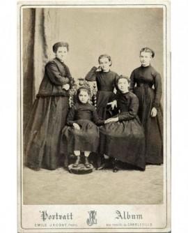 Femme debout et ses quatre filles (la plus jeune assise)